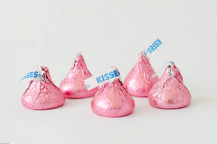 kisses de chocolate color rosa