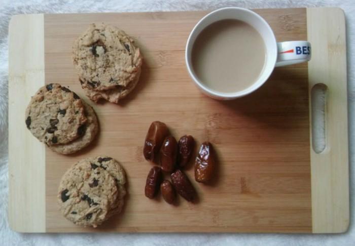 tabla con galletas pasas y café con leche