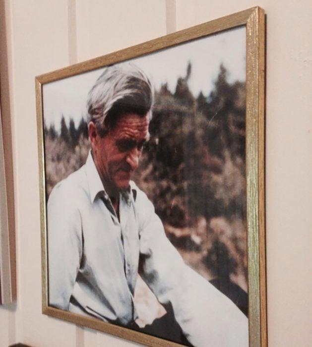 fotografía de abuelo en la pared