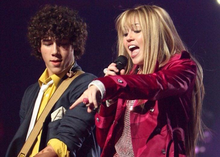 chica y chico cantando en concierto hanna montana