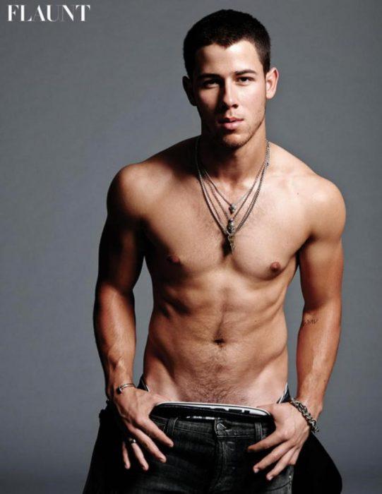 Nick Jonas chico músculoso sin playera