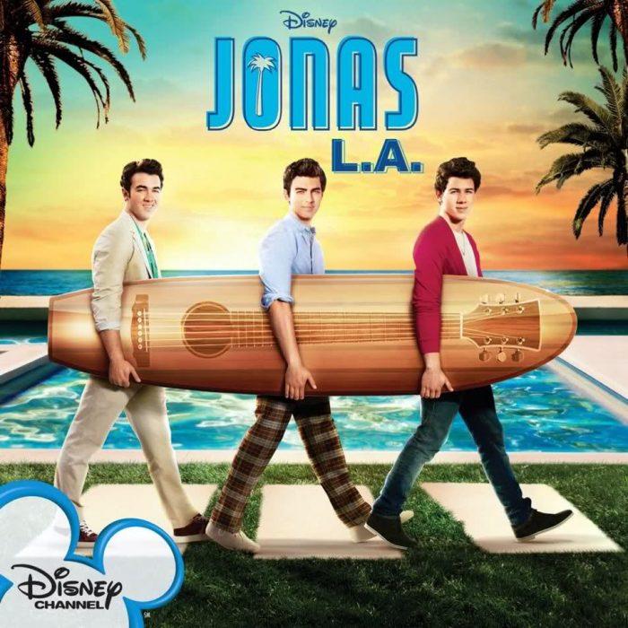 promocional serie jonas tres chicos con una tabla de surf