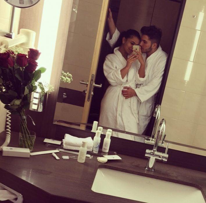 pareja en bata dentro del baño se toma foto