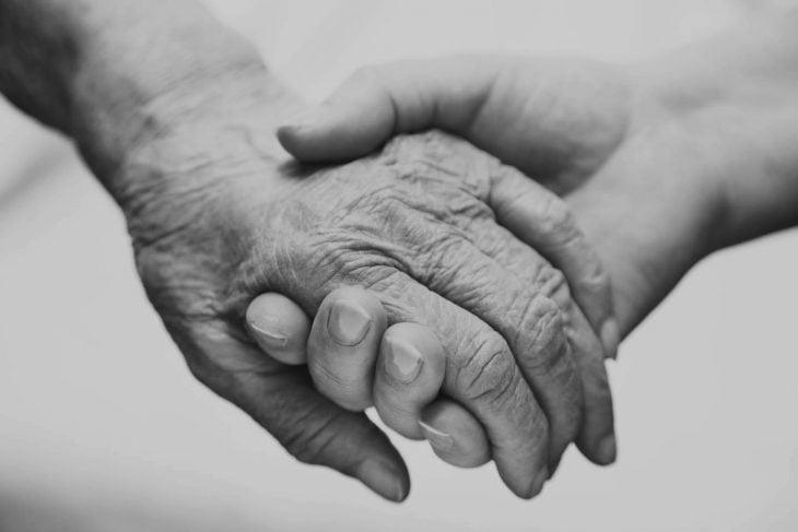 Mano de abuela y nieta tomadas