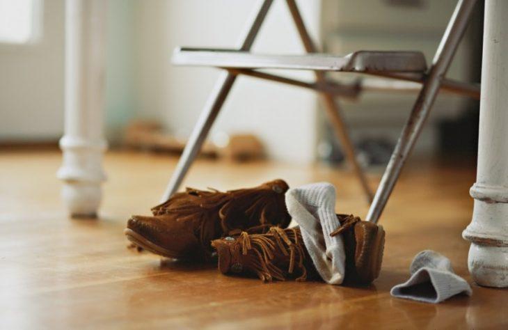 Zapatos y calcetines en el suelo