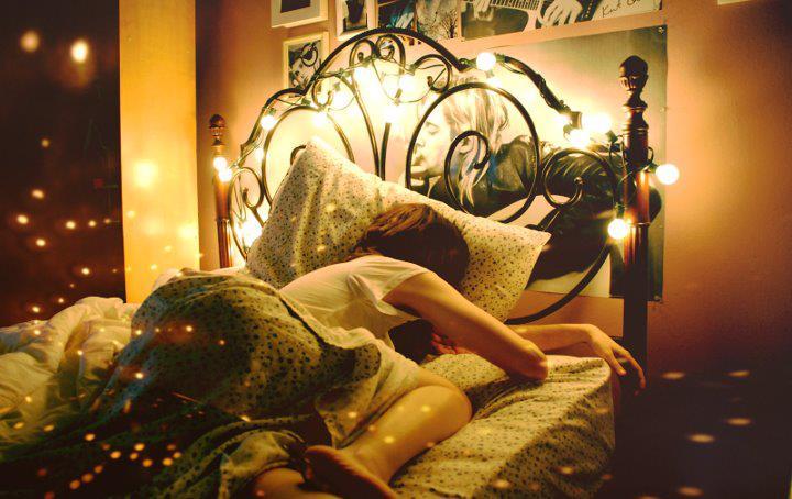 Chica dormida con la luz prendida