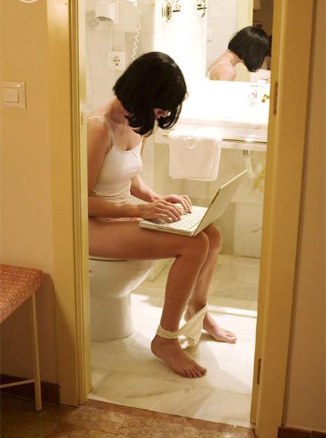 Chica haciendo del baño