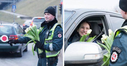 Policías celebran el Día Internacional de la mujer, regalando flores