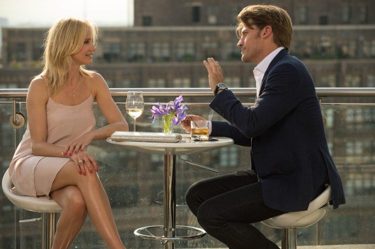 Escena de la película The other woman chica conversando con un chico mientras beben una copa