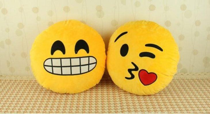 dos cojines con cara de emoticon de sonrisa y beso