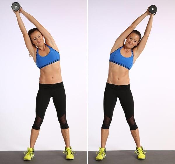 mujer con pesa en sus manos ejercicios de cintura