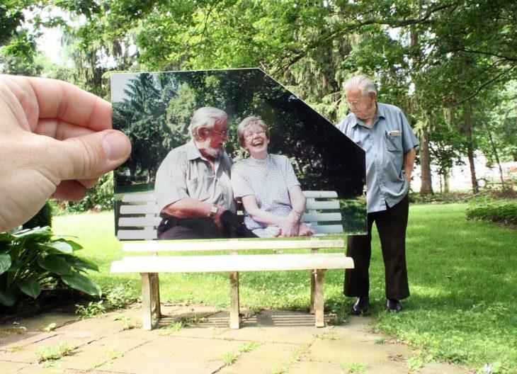 pareja abuelo y abuela en una banca