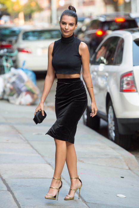 Bajo faldas madura con regla y joven calzon negro - 1 part 9