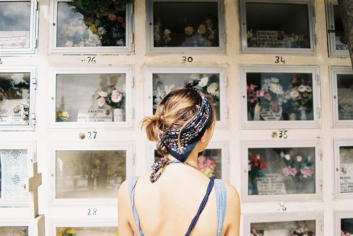 mujer rubia de espaldas mirando fotografías