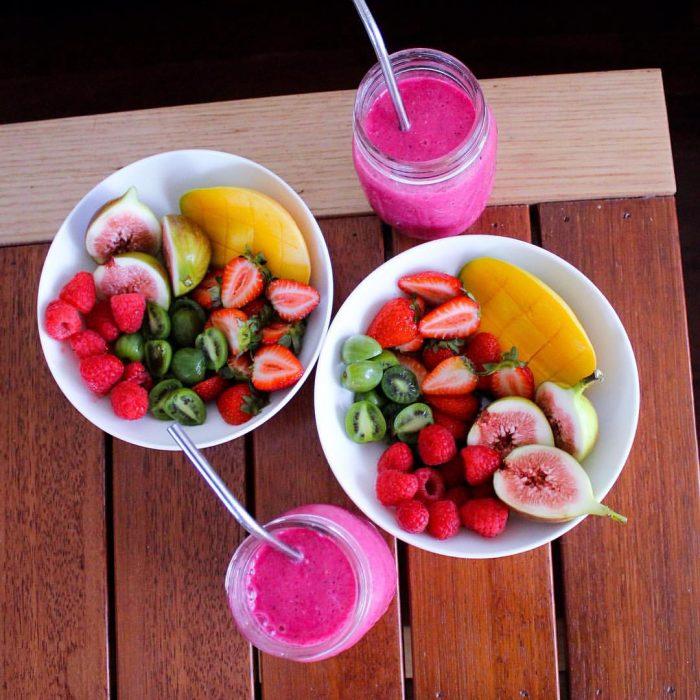 platos con comida y fruta y bebidas rosas