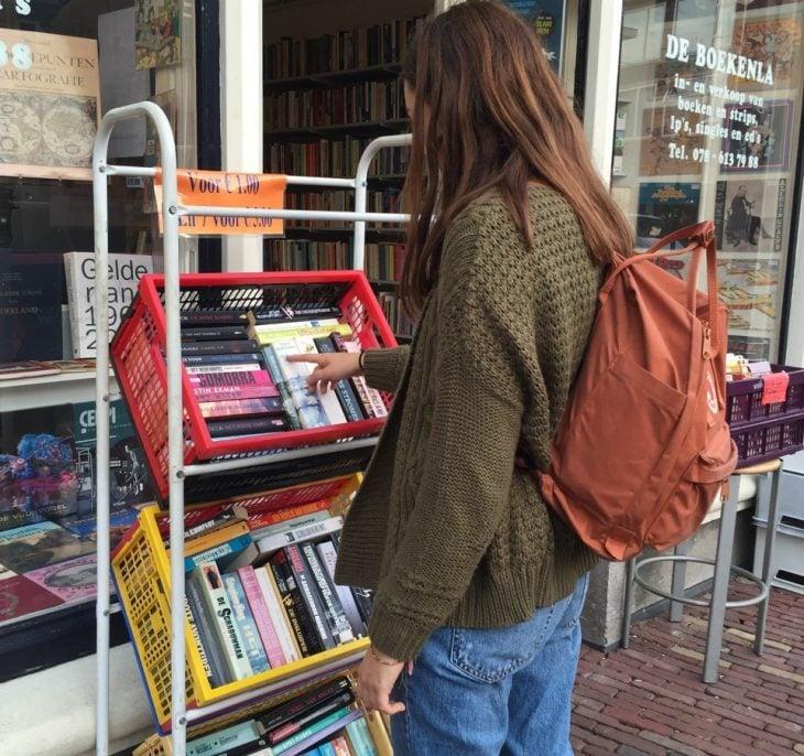 chica buscando libros de rebaja en una tienda de libros