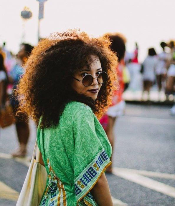 chica con cabello rizado y lentes