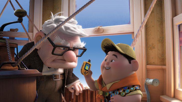 abuelo con nieto niño le enseña celular