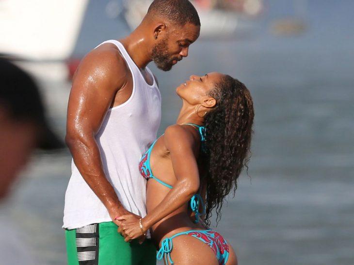 mohre mira a su esposa con amor en la playa will smith y jada