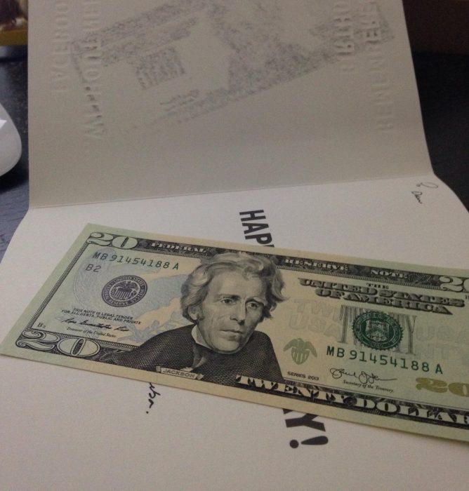 billete 20 dolares en una tarjeta de regalo