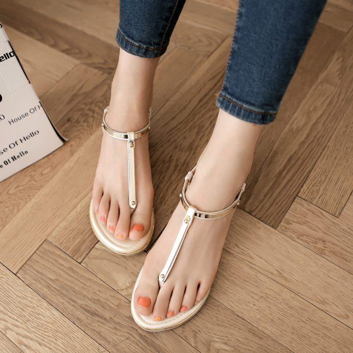 pies lindos con sandalias