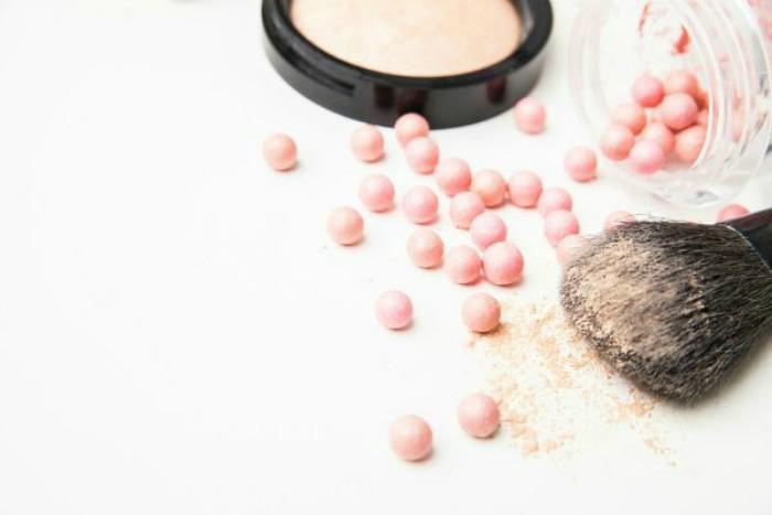 productos de maquillaje polvos translucidos y perlas broneadoras