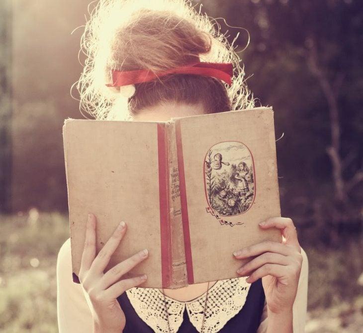chica detrás de un libro
