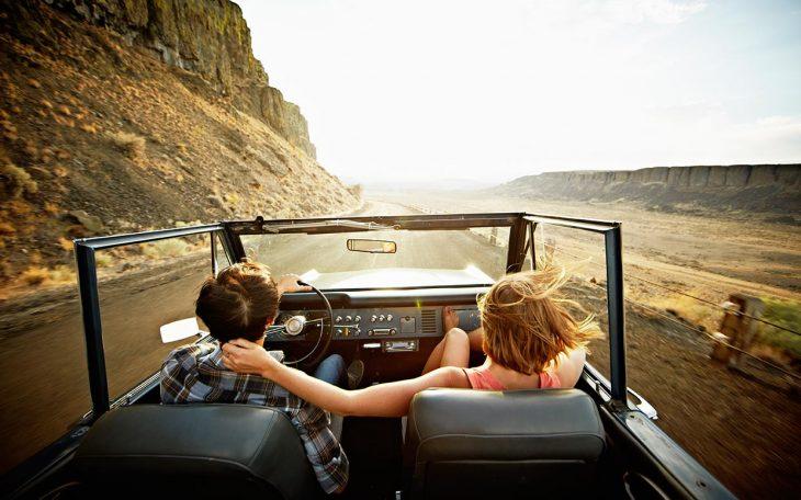 pareja en coche convertible en carretera