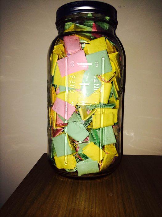 frasco de vidrio con notas de amor