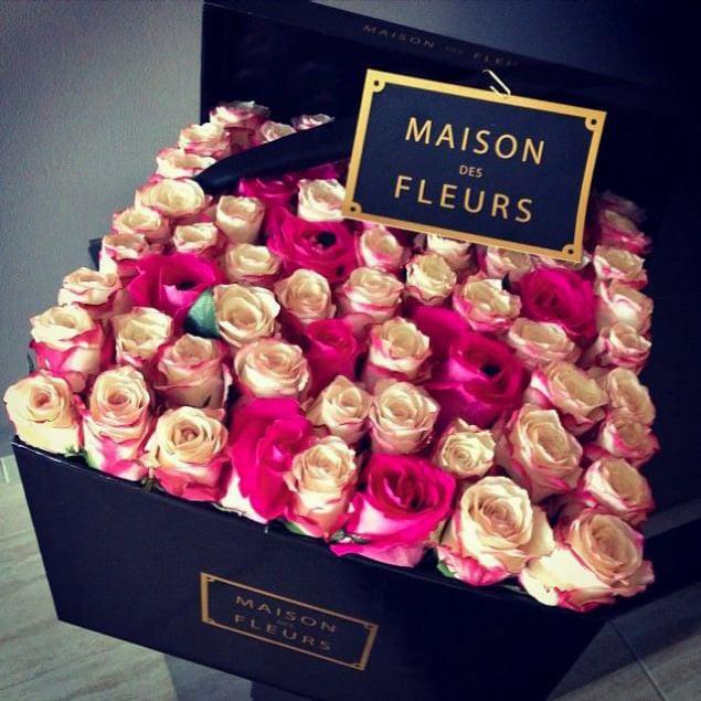 flores en tonos rosas en cajita