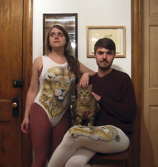 pareja extraña con un gato