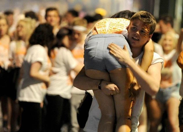 chico carga a chica en el hombro