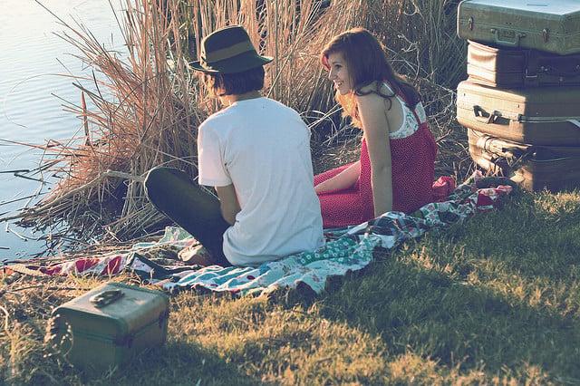 pareja joven en picnic