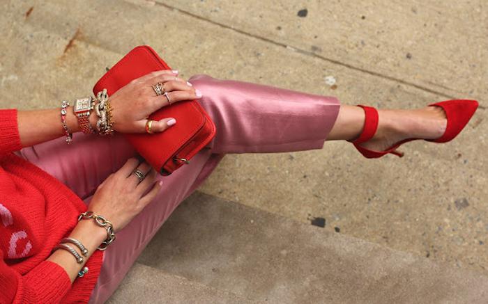 pantalon rosa brillante y zapatos rojo de tacón
