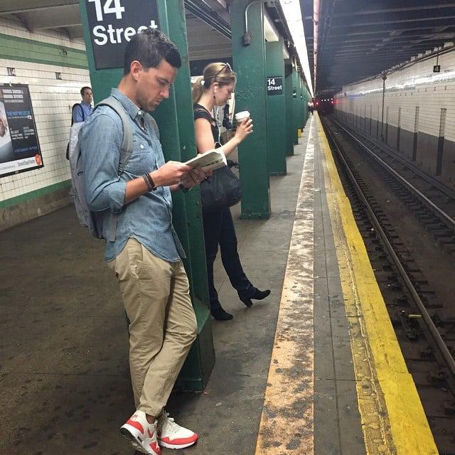 hombre leyendo libro esperando el metro