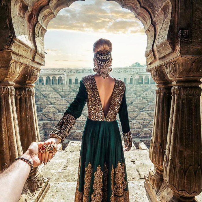 mujer de espaldas toma la mano de su novio fotografo