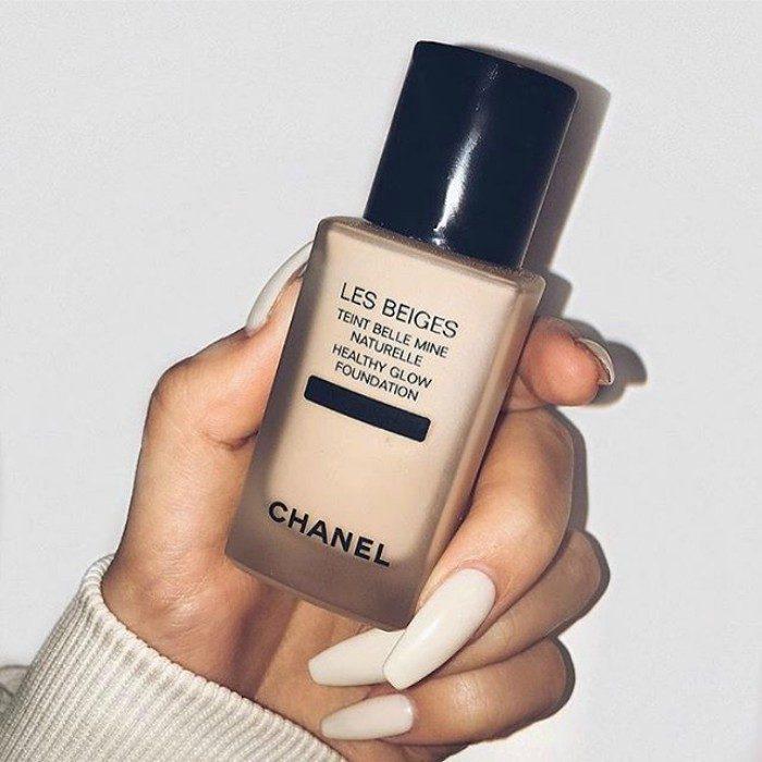 mano de mujer com maquillaje liquido en la mano