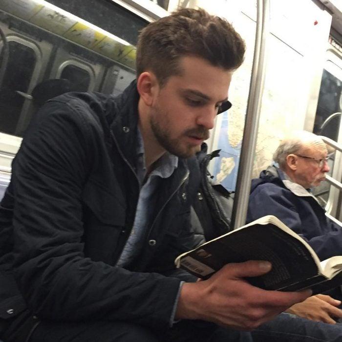 hombre senado leyendo un libro