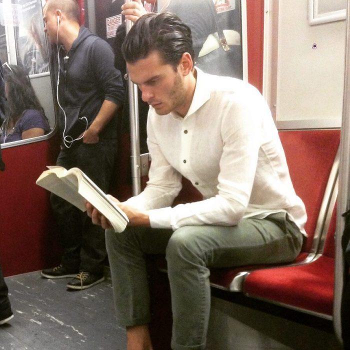 hombre de camisa blanca leyendo un libro