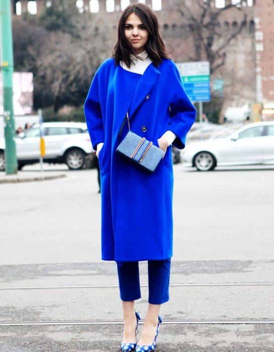 mujer con traje de color azul rey