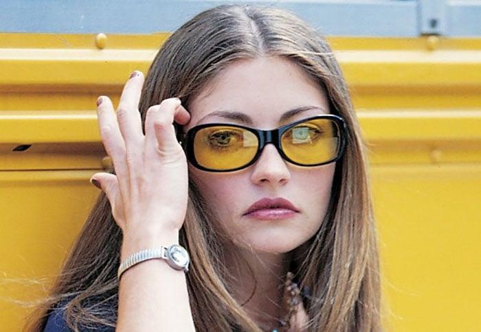 chica rubia con lentes amarillos