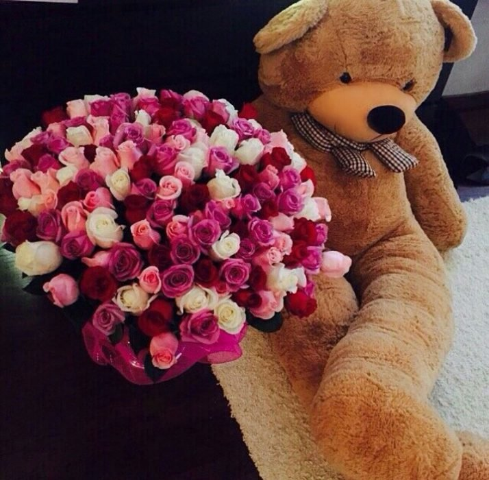 oso de peluche gigante y ramo de flores