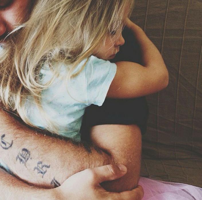 niña abrazando a su padre