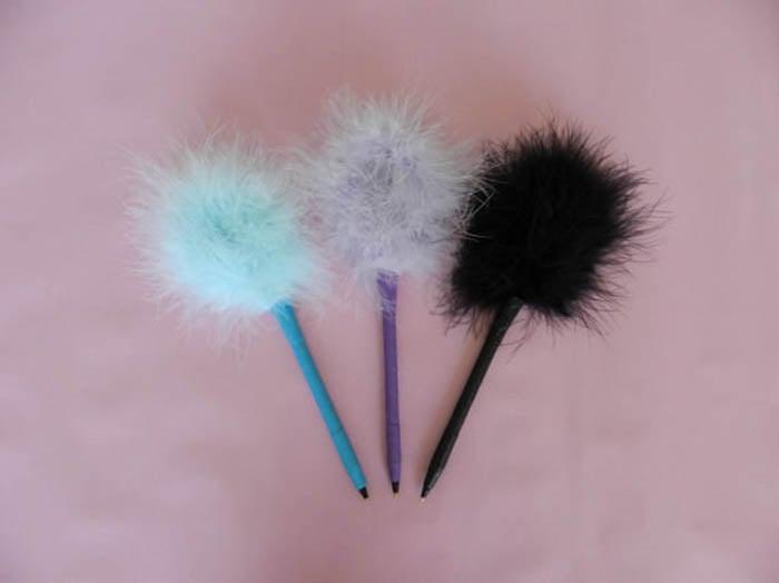 plumas afelpadas de colores azul lila y negro