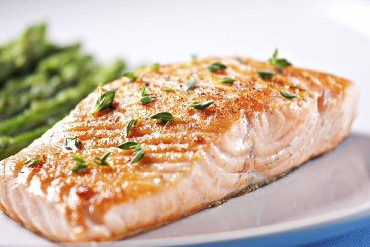 Platillo de pescado preparado a la mantequilla