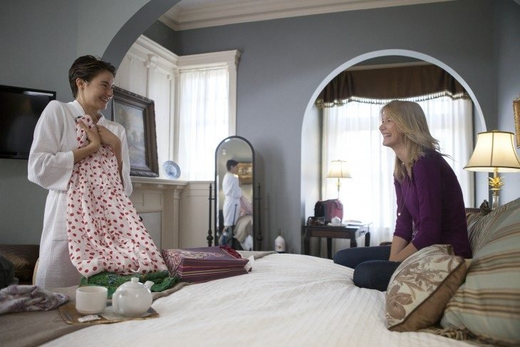 madre e hija platicando en habitación