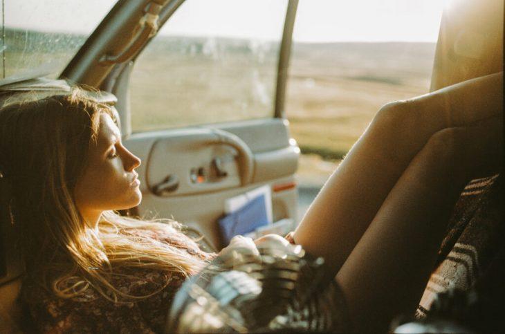 chica en pose relajada en un vehículo