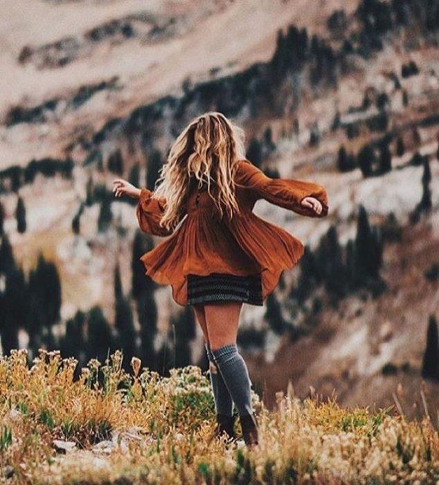 chica bailando en la montaña