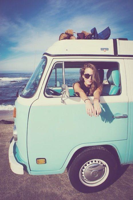 chica en una combi en la playa