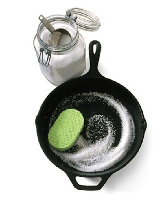 sartén de hierro con sal de grano
